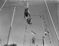 Double swinging trapeze